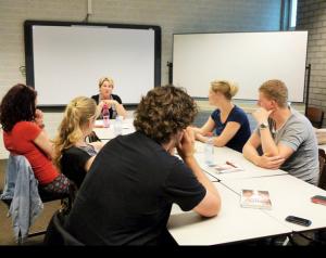 Gastles fan âld-studinte Ans Wallinga oer har oersetting fan it boek Foarstelling fan Caja Cazemier (juny 2014)