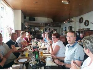 Itentsje yn Wyns mei dosinten, studinten en âld-studinten as feestlike ôfsluting fan it skoallejier (july 2014)
